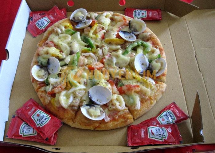 Giao hàng bánh pizza mang thương hiệu đến khách hàng