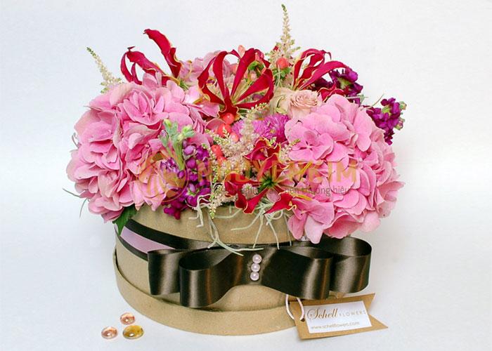 in hộp giấy đựng hoa tươi