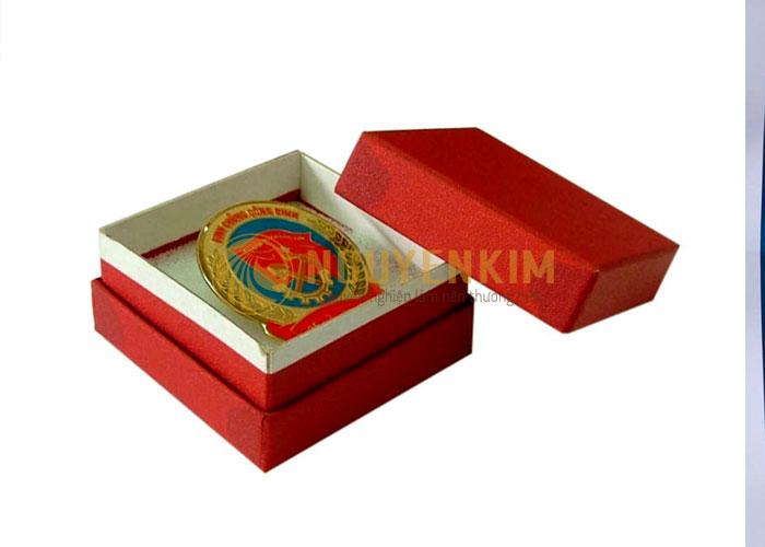 in hộp giấy đựng huân chương